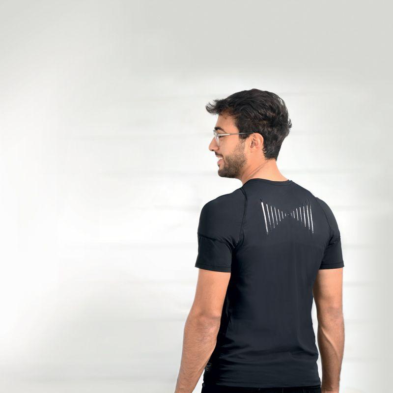 Homme avec le Posture Shirt SISSEL®