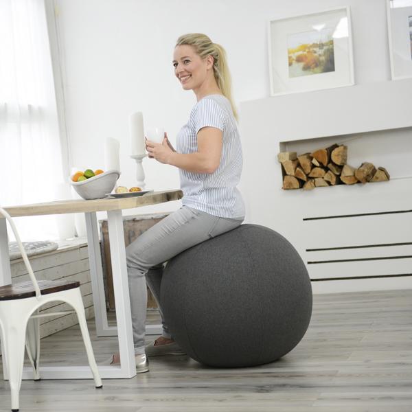 femme assise sur un siège ballon gris