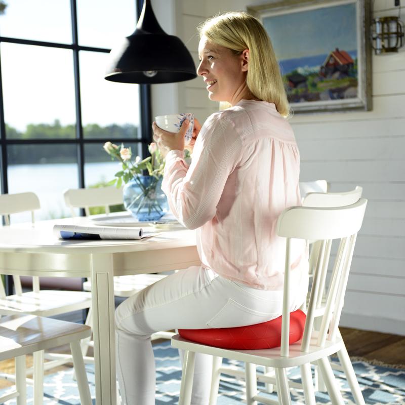 femme assise sissel sitfit plus rouge