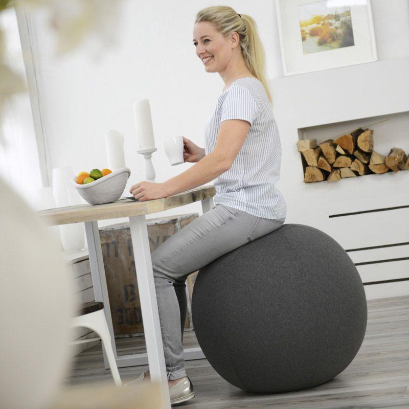 femme assise siege ballon gris